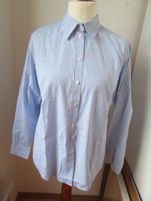 Schöne hellblau gestreifte Bluse, gerader Schnitt