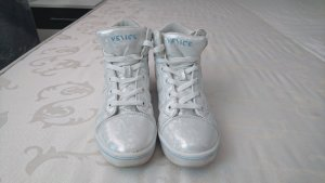 Schöne helle Sneaker