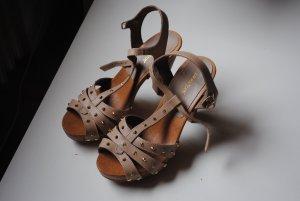 Schöne hohe Schuhe mit Nieten