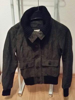 Schöne Jacke in anthrazit mit aufgesetzten Taschen