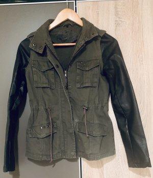 Schöne Jacke mit Lederärmeln