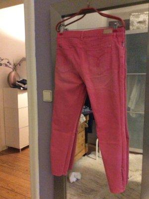 Schöne Jeans in himbeer