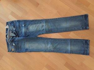 Schöne Jeans mit Flicken