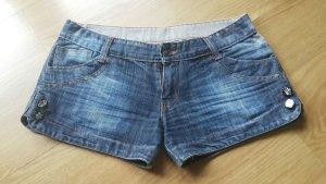 Schöne Jeans Shorts mit jeweils 2 Knöpfen an der Seite, tief geschnitten