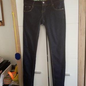 schöne Jeanshose in einem kräftigen Blau