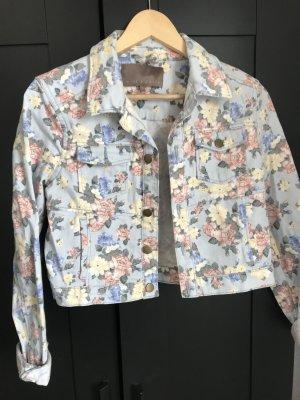 Schöne Jeansjacke mit Blümchen