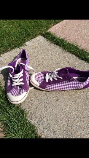 Schöne karierte sneaker lila