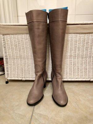 Schöne neue Stiefel in taupe