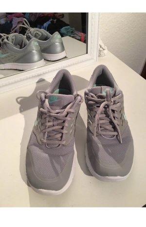 Schöne Nike Sneaker grau