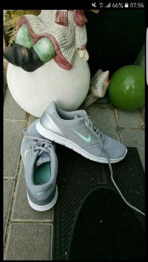 Schöne Nikes in grau/blau
