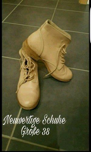 Schöne nude farbene Schuhe