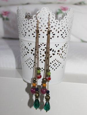 Schöne Ohrringe in bunten Farben