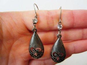 Schöne Ohrringe in mattsilber mit einem funkelndem Stein