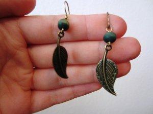 Schöne Ohrringe mit bronzefarbendem Blatt und grüner Holzperle