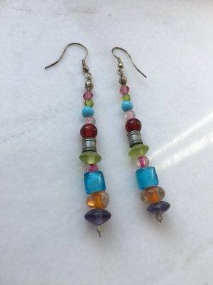 Schöne Ohrringe mit bunten Perlen