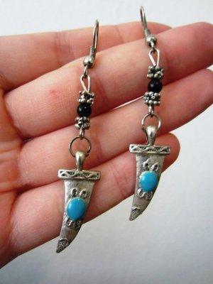 Schöne Ohrringe mit einem Haizahn