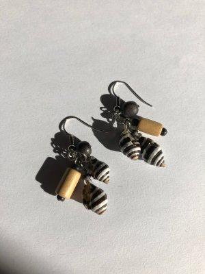 Schöne Ohrringe mit Muscheln und Holz