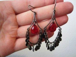 Schöne Ohrringe schwarz-metallisch mit pink-rotem Stein