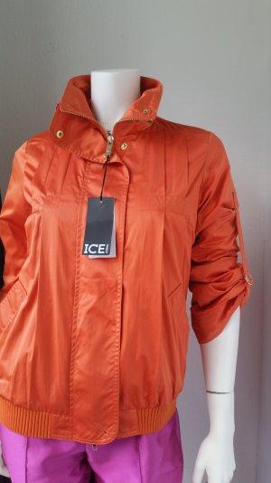 Schöne orangefarbene Jacke für den Sommer oder Frühling