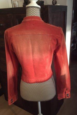 Schöne orangefarbene Jeansjacke