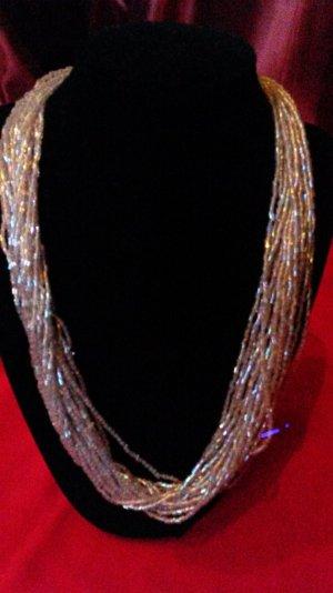 Schöne Perlenkettte mit schimmer Effekt