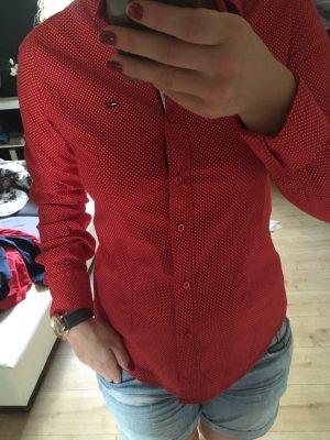 Schöne rote Bluse mit Punkten
