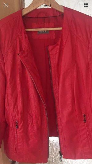 Schöne rote Jacke für die wärmere Jahreszeit .