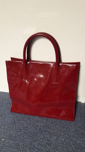 Schöne rote Tasche mit Henkel