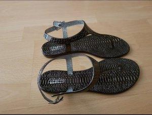 schöne Sandalen in Schlangenoptik