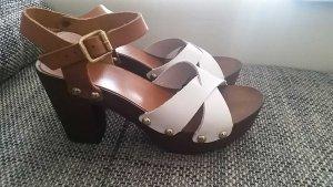 Schöne Sandalen mit Holzsohle