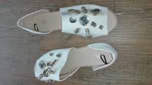 schöne Sandalen mit Schmuck