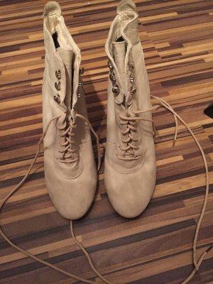 Schöne Schuhe auf Plato