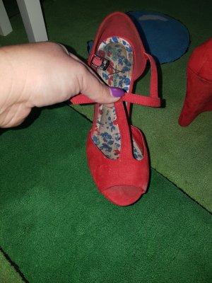 Schöne Schuhe.Mit hohem Keilabsatz.