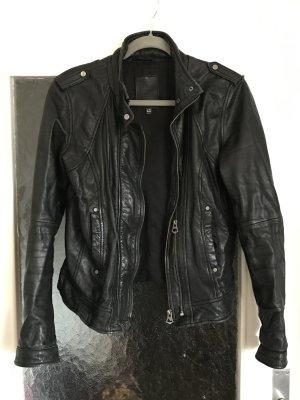 Schöne schwarze Lederjacke von Bershka im Bikerstil.