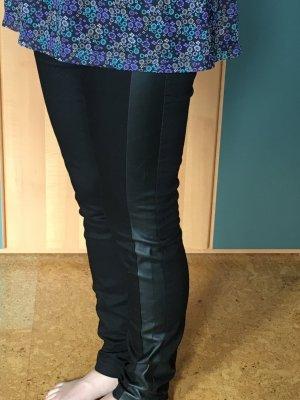 Schöne schwarze leggins mit ledereinsatz
