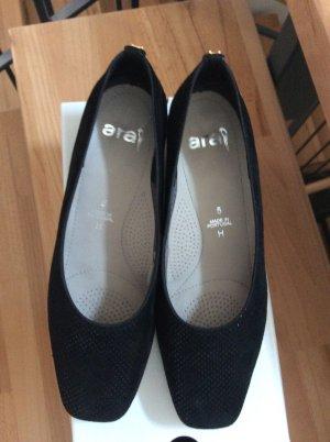 Schoene schwarze Schuhe mit kleinem Absatz