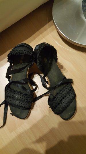 Schöne schwarze Schuhe mit Schleife zum Binden