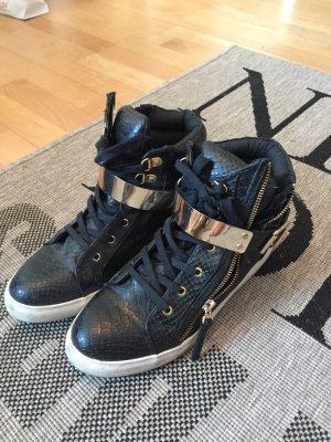 Schöne schwarze sneaker