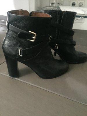 Schöne schwarze Stiefeletten