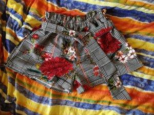 Schöne Shorts mit floralem Muster