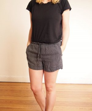 schöne Shorts von Brandy & Melville, schwarz-weiß mit Blumenmuster