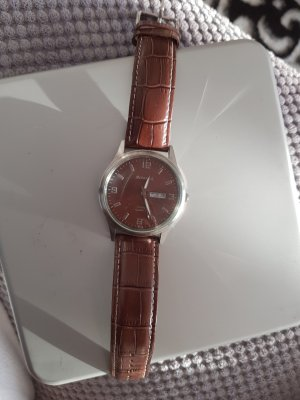 schöne Uhr in braun