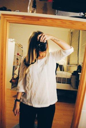 Schöne weiße Bluse mit Lochmuster