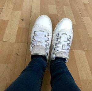 Schöne weiße sneaker