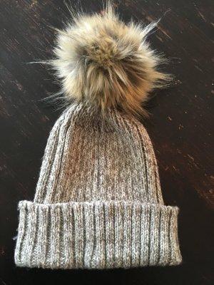 Schöne Wintermütze mit Bommel