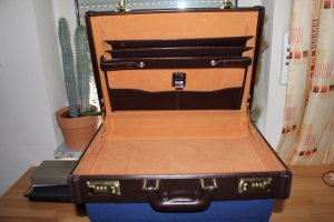 Schöner Aktenkoffer aus Leder; kaum benützt!