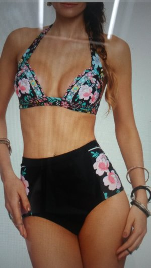 schöner Bikini mit Blumenmuster