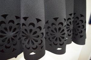 Schöner Faltenrock, knielang schwarz mit Cutouts am unteren Rand in Gr. M