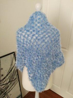 schöner flauschiger blauer poncho