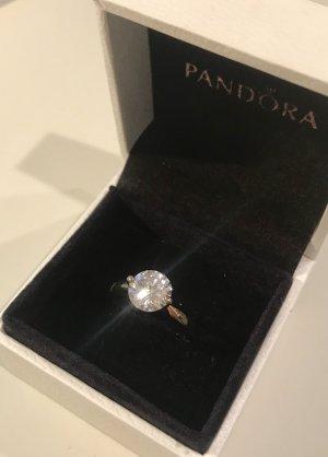 Schöner funkelnder Ring für Damen